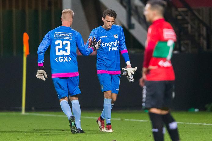 De gebleseerde Norbert Alblas laat zich vervangen door Marco van Duin tijdens de wedstrijd van NEC tegen Go Ahead Eagles.
