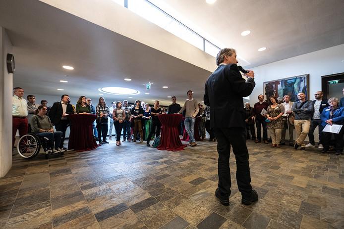 Formateur Rik Grashoff bij de start van de stadsconferentie op het stadhuis.  ,,Het is een raar proces, onderhandelen achter gesloten deuren. Maar de partijen GroenLinks, D66 en SP willen de stad erbij betrekken, luisteren naar wat de Nijmegenaar bezighoudt.''