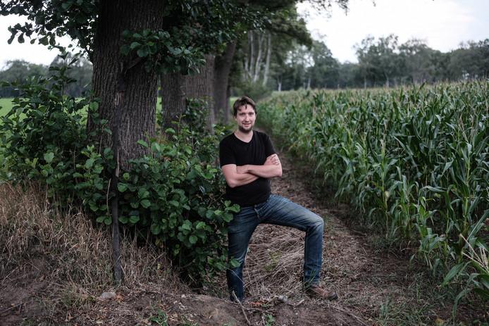 Gerard Abbink uit Meddo bij zijn akker met mais.