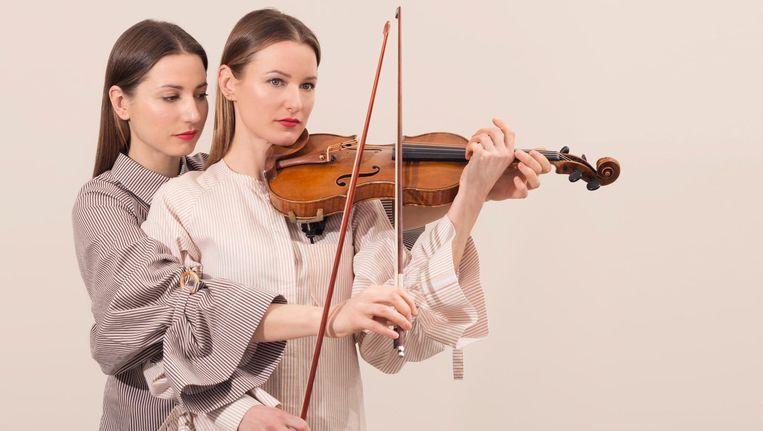 Rosanne (links) en Julia Philippens:'Wij jazzmusici zouden allemaal aan de drugs zijn.' 'Vergeet de slecht betaalde gigs niet.' 'Jij presteert niets zonder noten.' 'Haha!' 'Hahaha!' Beeld Peggy Kuiper
