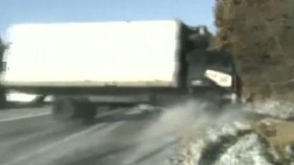 Agenten helpen vrouw met band verwisselen wanneer plots deze truck komt aangevlamd
