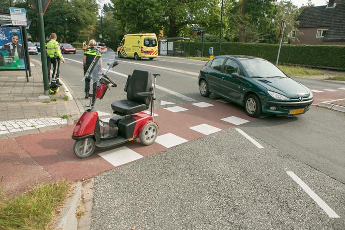 Een vrouw op en scootmobiel is gewond geraakt op de Utrechtseweg in Oosterbeek.