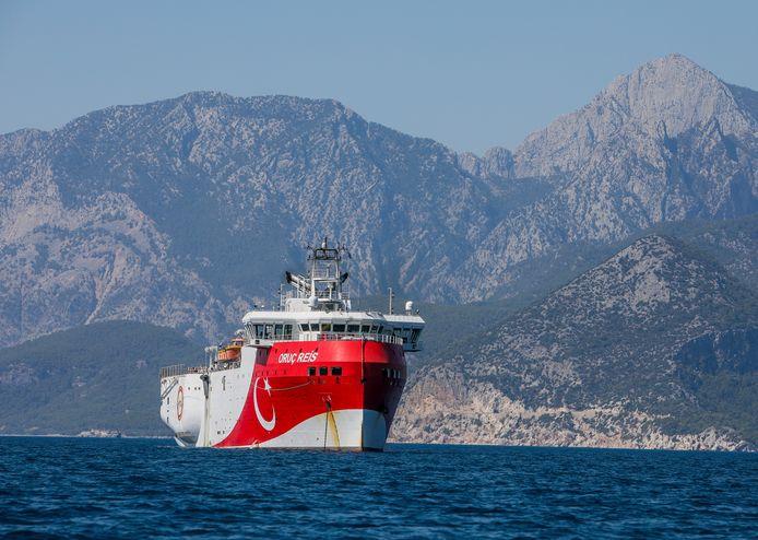 Het Turkse onderzoeksschip Oruc Reis voor de kust van Antalya. Turkije wil in de wateren bij Cyprus zoeken naar gas en olie.