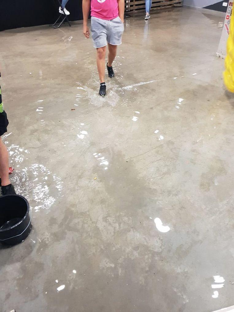 Het water kwam het gebouw binnen maar zorgde gelukkig voor beperkte schade.