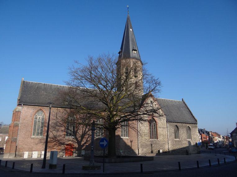 De kerk van Assenede zal na de renovatie weer in het wit geschilderd worden.