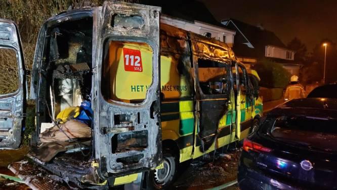 Ambulance brandt volledig uit in Leuven