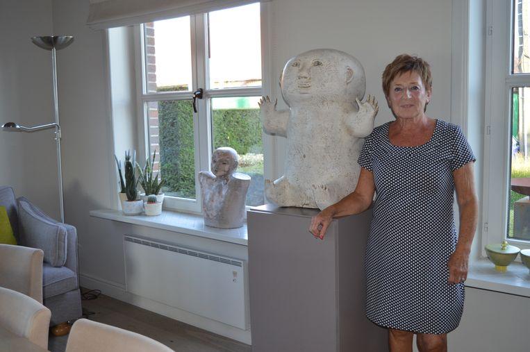 Diane bij één van haar kunstwerken.