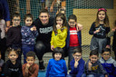 Rico Verhoeven geeft een workout aan kinderen in Rotterdam.