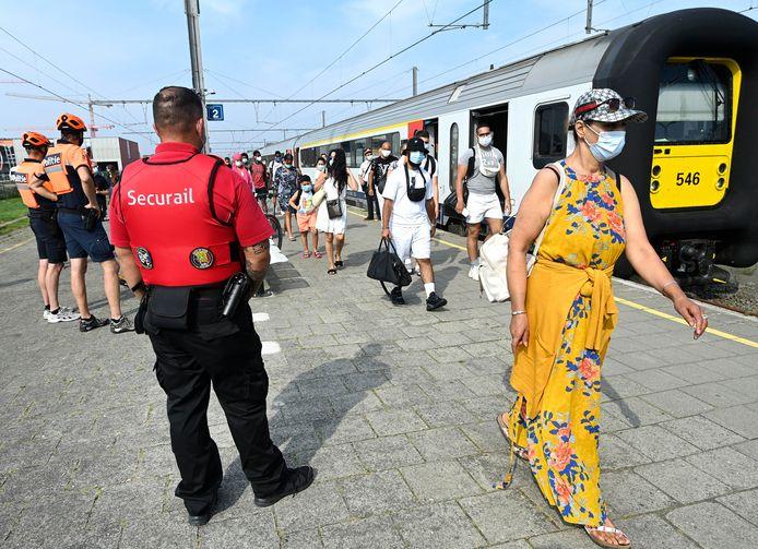 Des voyageurs arrivant à la gare de Knokke.