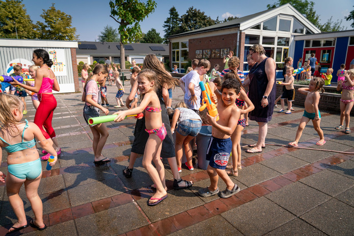 Kinderen zullen zich later de eindeloze watergevechten op school - zoals hier Zetten - in de hete zomer van 2019 herinneren.  Er waren dit jaar 25 zomerse dagen en 11 tropische dagen