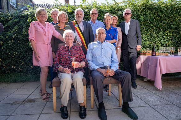 Louis Maene en Jenny Vergauwe zijn zestig jaar gehuwd. Zaterdag werden ze aan huis gehuldigd door het college van burgemeester en schepen.