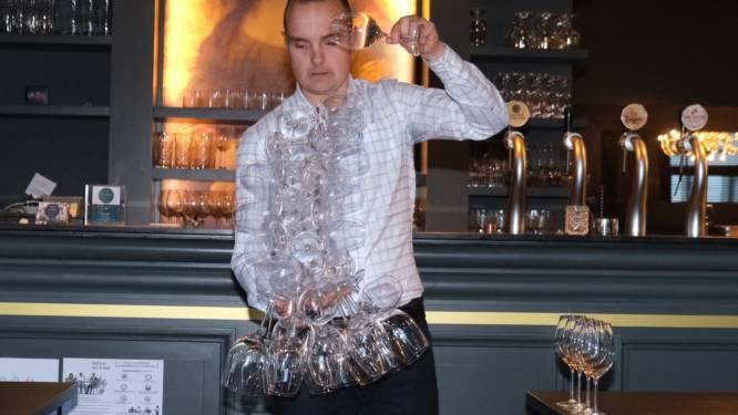 Ober breekt Belgisch record wijnglazen dragen met één hand: liefst 38 glazen!