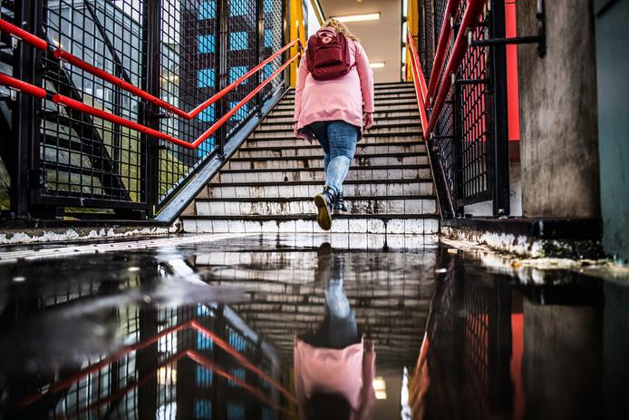 Bij hevige regenval staat het blank op de trappen van station Arnhem Velperpoort.