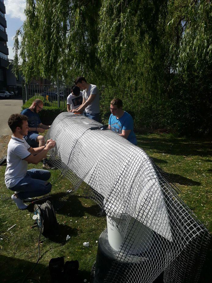 Studenten Civiele Techniek en Bouwkunde van Avans Hogeschool werken aan hun betonnen kano.