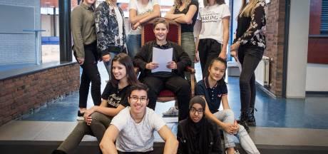 Tienerpartij Effent College deelt eigen troonrede