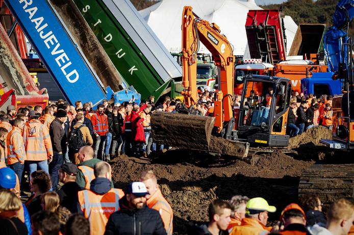Bouwers en transporteurs demonstreren met shovels en hijskranen tegen het stikstofbeleid.