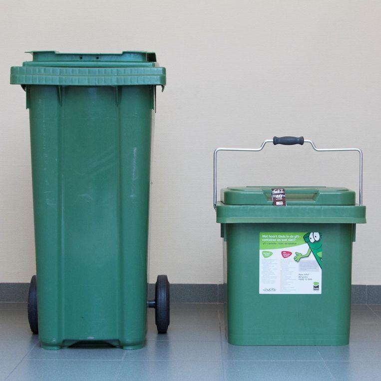 De stickers worden geplakt op de groene gft-containers.