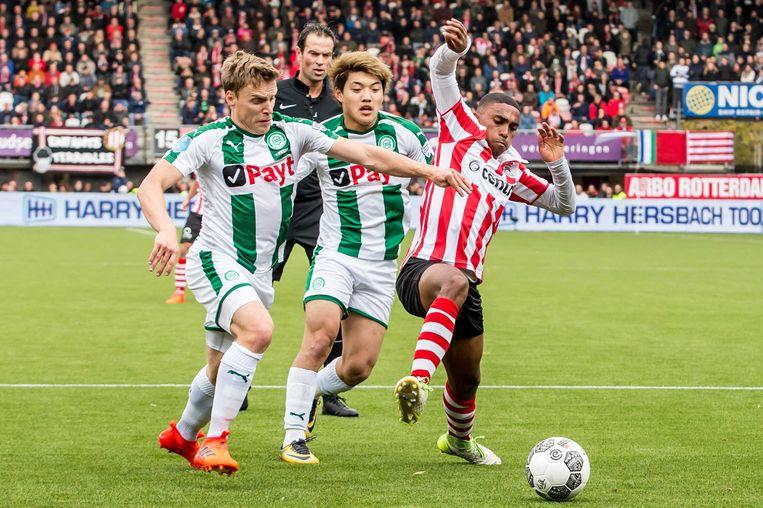 Spartaan Duarte gooit zijn lichaam in het duel tegen Fc Groningen-spelers Jenssen en Doan. Beeld anp