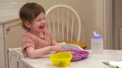 Samantha (2) is doof, en daarom is hele buurt gebarentaal aan het leren