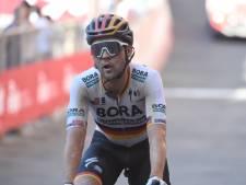 Bizar: auto rijdt wielrenner Schachmann omver in finale Ronde van Lombardije