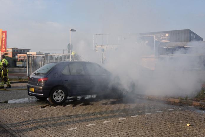 De auto in brand bij de Nijmeegse bouwmarkt.