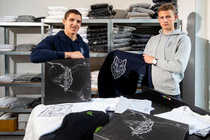 Nils Bogaart (18) uit Dodewaard en Jeremy Rekker (19) uit Arnhem zijn een eigen kledingmerk begonnen: Lone Wolves.