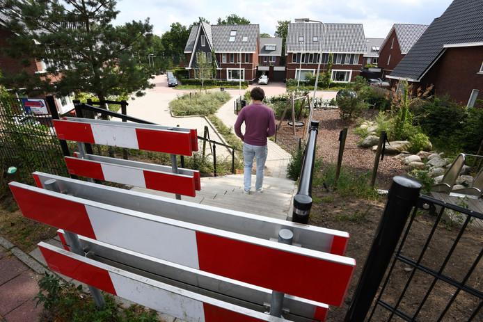 De trap naar de Duivenhorst die wordt afgesloten met een hek.