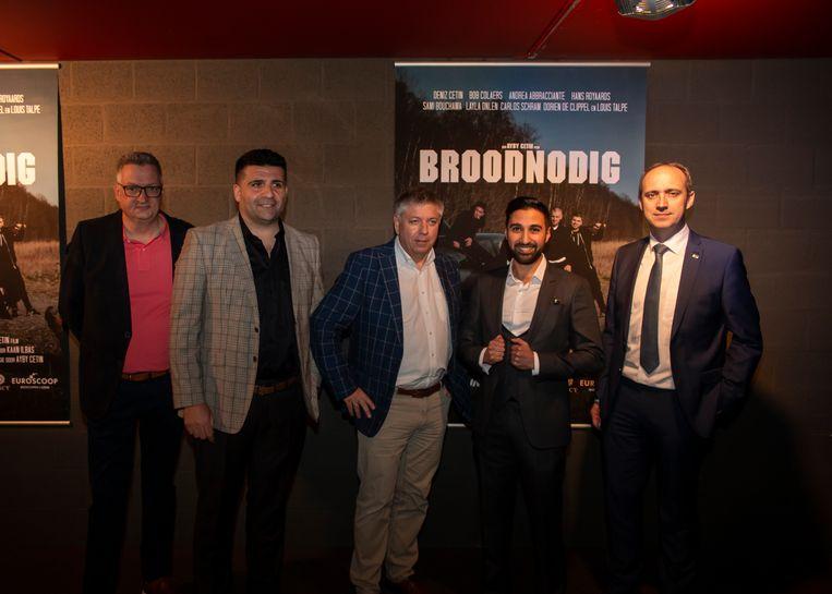 De première van Broodnoodig in de Euroscoop. Luc Vandeweyer en schepen Erhan Yilmaz (beide hoofdsponsors), minister Jo Vandeurzen, Ayby Cetin en burgemeester Wim Dries.