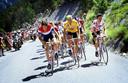 Zoetemelk in een Alpenetappe in de Tour van 1980, die hij uiteindelijk wint. Links zijn meesterhelper Johan van der Velde, rechts Raymond Martin, met wie hij tot op de dag van vandaag bevriend is.