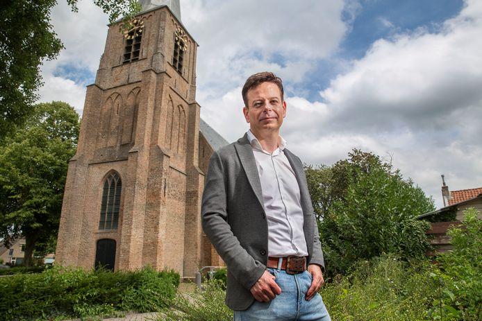 Alexander Noordijk, met op de achtergrond de kerk in Mijnsheerenland.