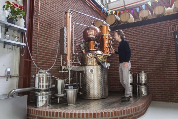 Mark Mighels van de Bottle Distillery in de oude Schellensfabriek controleert of alles goed gaat bij het stoken. FOTO TOM VALSTAR/FOTOMEULENHOF