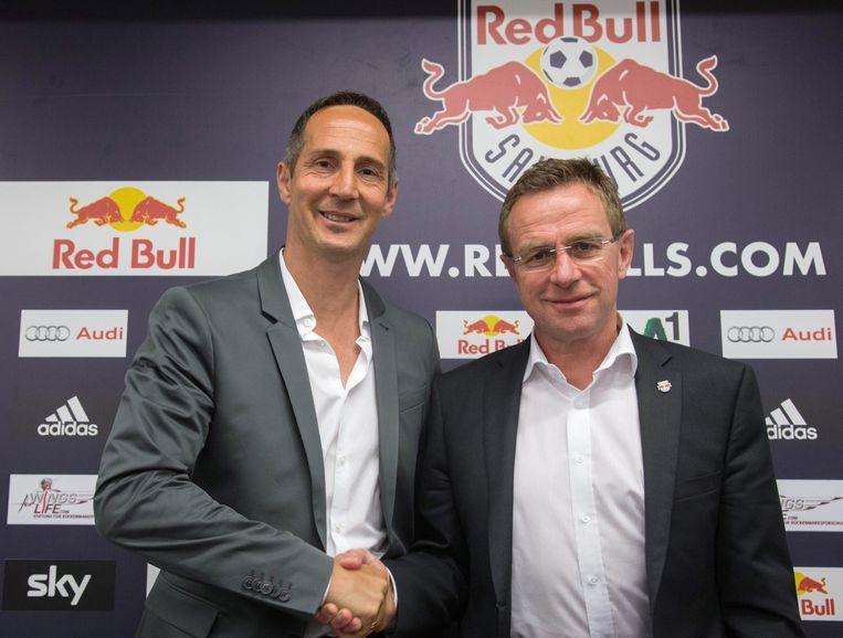 De nieuwe coach van Red Bull Salzburg schudt de hand van sportief directeur Ralf Rangnick.