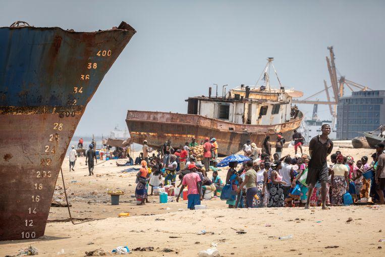 Het strand bij Praia Nova ligt bezaaid met scheepswrakken. Sommigen worden in stukken gezaagd en verkocht als oud ijzer, anderen moeten blijven liggen en doen dienst als golfbrekers bij hoogwater om de kust te beschermen. Beeld Sven Torfinn