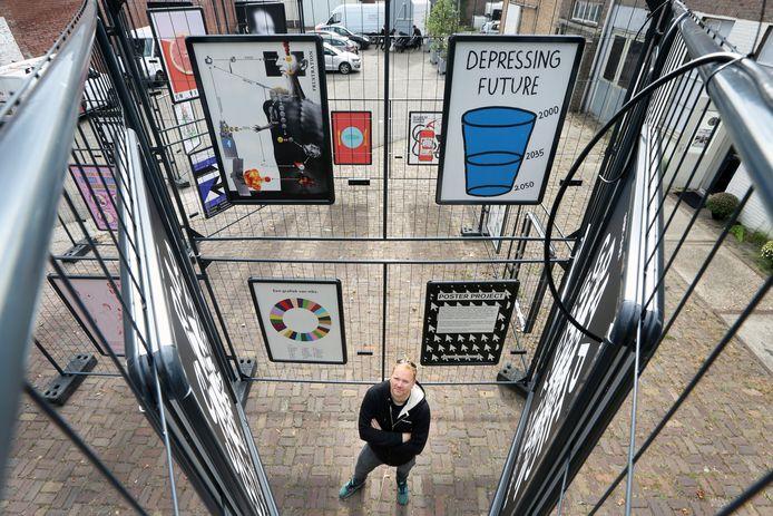 Breda - Dennis Elbers, directeur Graphic Matters vorig jaar tijdens de opbouw van de zevende editie van het festival.  De tekst van de poster rechtsboven heeft anno 2020 ironische waarde