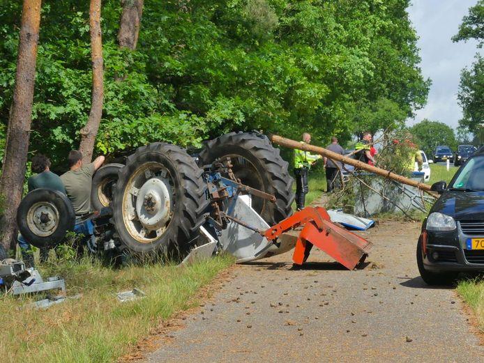 Een tractor kwam naast het fietspad ondersteboven tot stilstand tussen Epe en Elburg.