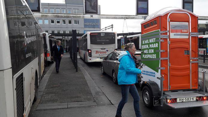 De auto met mobiel toilet op het busstation in Eindhoven.
