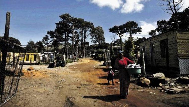 Slechte infrastructuur en een school gebouwd van oude zeecontainers: critici verwijten het ANC dat het in 15 jaar weinig verbetering heeft gebracht. (FOTO EPA) Beeld