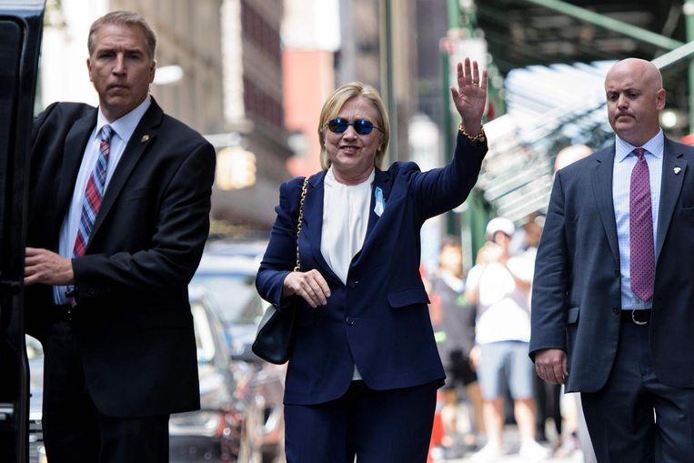 Hillary Clinton bij het verlaten van het appartement van haar dochter Chelsea nadat ze onwel was geworden bij een 9/11-herdenking Beeld afp