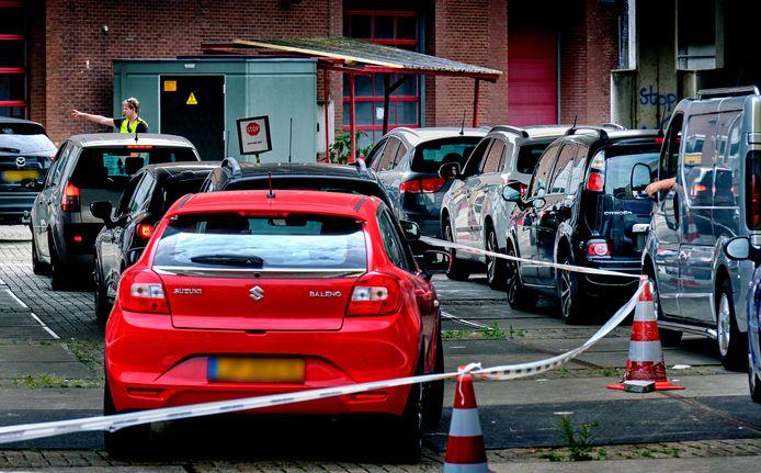 Drukte bij de Corona teststraat aan het Oranjepark in Dordrecht.