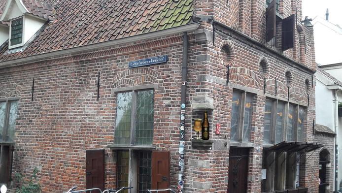 Het Kapelhuis uit 1500 met nis én het eerste bier.