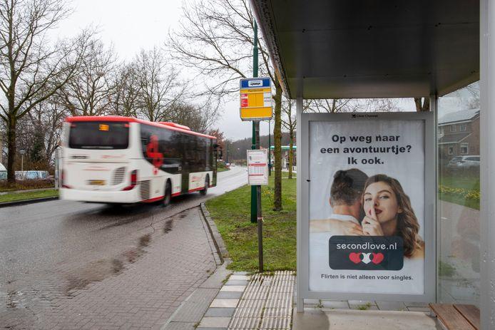 De omstreden advertentie in het bushokje in Rhenen, op de weg naar Remmerden.