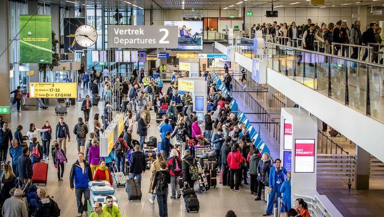 De vertrekhal op vliegveld Schiphol. Beeld anp
