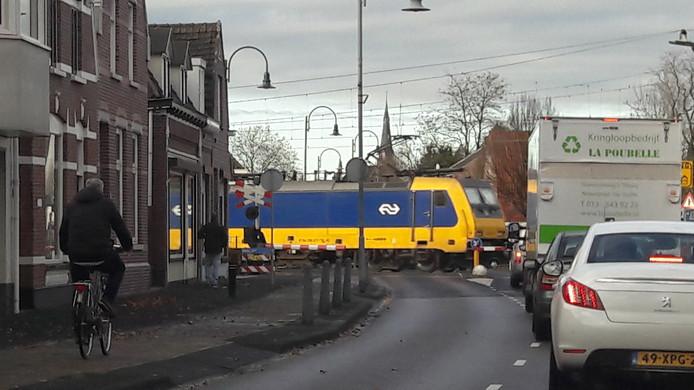 De overweg van Stationsstraat Rijen.  Er moet iets gebeuren met de overweg. Straks rijden er meer dan twintig treinen per uur door het dorp.  Open laten, afsluiten of een tunnel.
