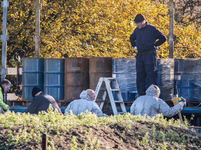 De vaten worden afgevoerd. De werknemers van Dirmar Seon dragen slechts een beschermende bril en geen bescherming voor gezicht en mond.