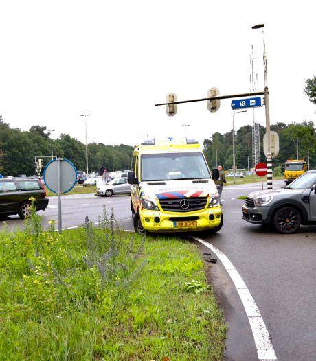Auto's total loss na botsing op kruising in Arnhem; 'bestuurder reed door rood'