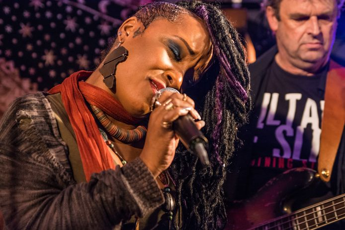 Kat Riggins treedt op tijdens het bluesfestival in Zyfflich.