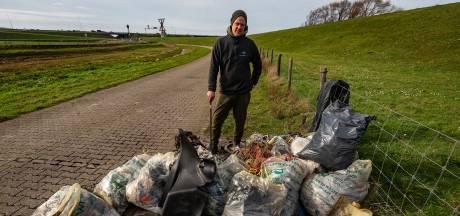 Afval rapen langs het Hollands Diep: 14 zakken vol troep