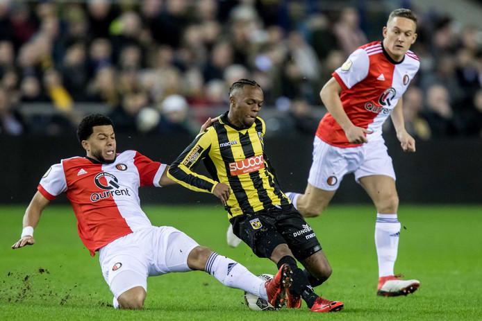 Tonny Vilhena (links) in duel met Thulani Serero. De Zuid-Afrikaan van Vitesse komt over negentig minuten uiteindelijk als duidelijke winnaar uit de strijd.