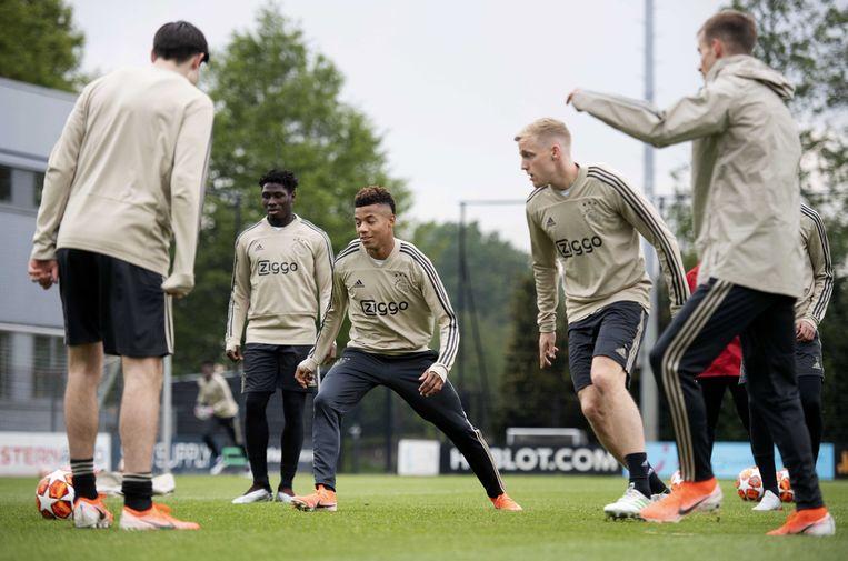 Een laatste training voor het duel tegen Tottenham Hotspurs moet de puntjes op de i zetten voor de Amsterdammers. Beeld EPA