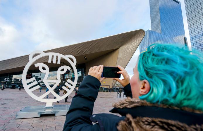 De IFFR-tijger voor Rotterdam Centraal is populair. Iedereen wil met het logo op de foto.